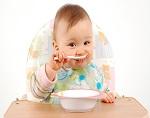 Молодые мамы слишком рано приучают детей к твердой пище