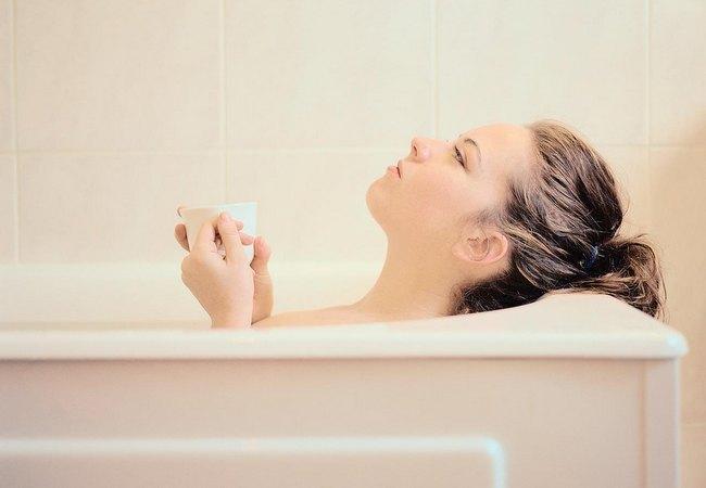 Лечение дополняется принятием ванны с отварами трав