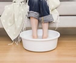 Помещаем ноги в горячую воду для обеспечения притока крови к конечностям