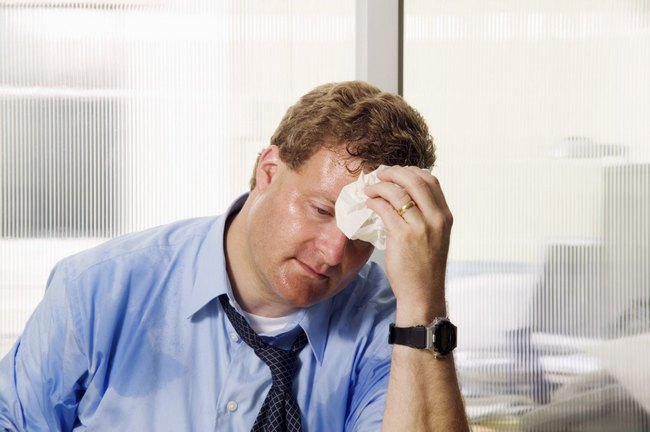 У больного может проявиться повышенное потоотделение