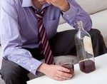 Экономическая неопределенность приводит к частому потреблению спиртного сотрудниками в нерабочее время