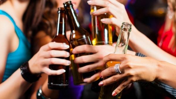 Чрезмерное употребление алкоголя может вызвать неприятный запах из носа