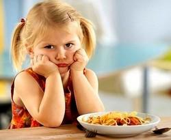 Неправильное питание может вызвать рвоту желчью у ребёнка